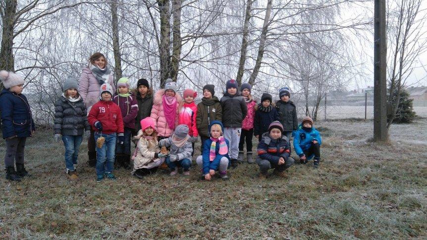 Dzieci z Przedszkola Miejskiego w Broku dokarmiają ptaki