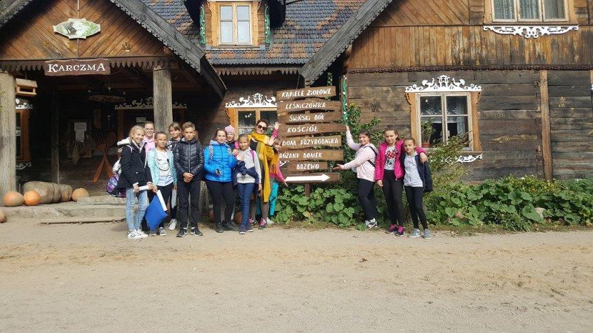 Uczniowie z ZPPO w Broku na plenerze malarskim w korycińskim Ziołowym Zakątku