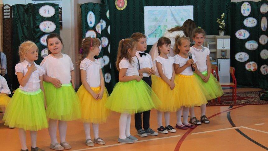 """""""Kochamy Was całym sercem!"""" - przedszkolaki z Przedszkola Miejskiego w Broku świętowały Dzień Rodzin"""