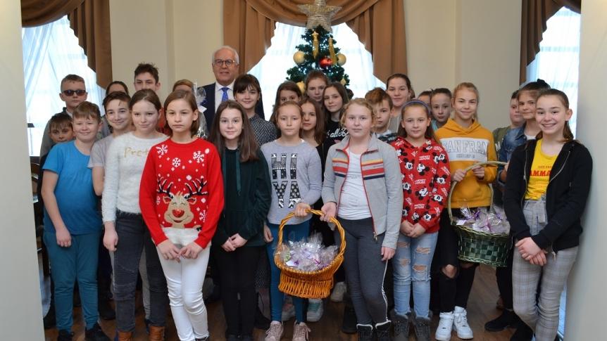 Uczniowie z życzeniami świątecznymi u Burmistrza